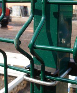 Táblás kerítés zöld oszlop